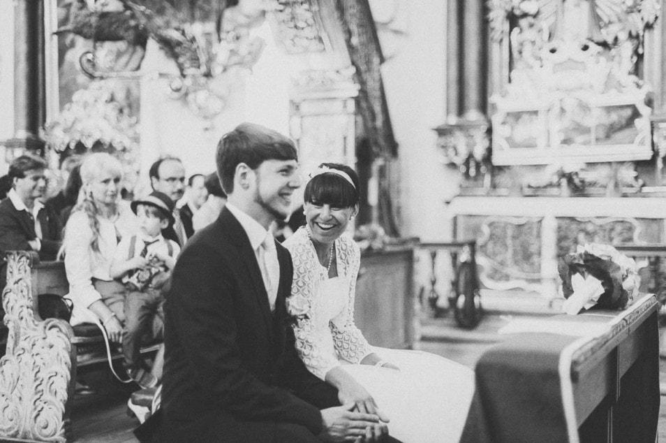 Braut in Strickbolero vor dem Ja-Wort