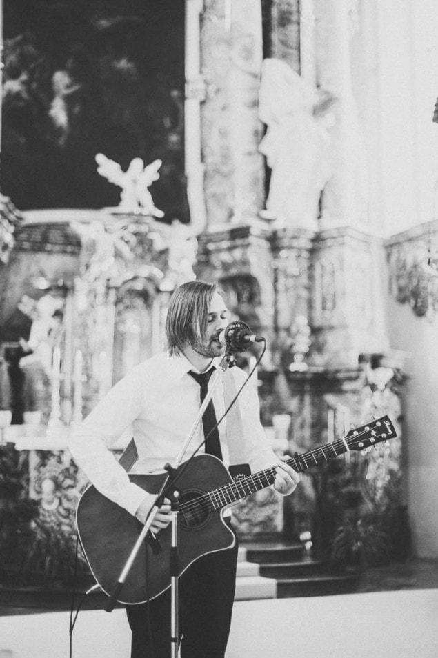 Gesangseinlage mit Gitarre in der Kirche