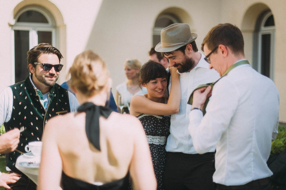 Freunde des Brautpaars beim Empfang
