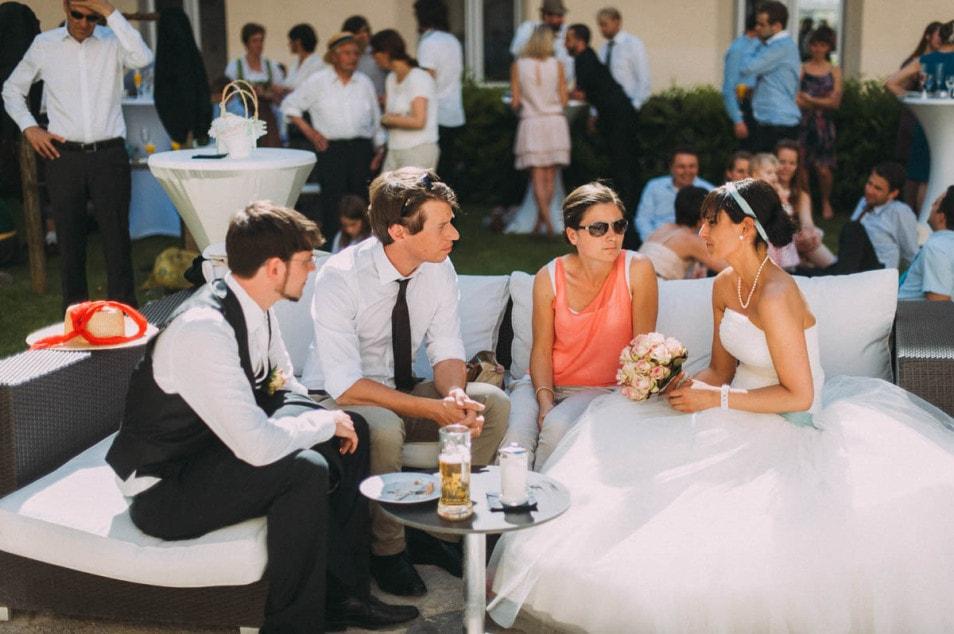 die Braut sitzt mit Tüllkleid auf Sofa