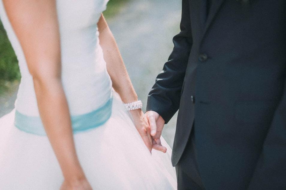 türkis Farbener Gürtel an Hochzeitskleid