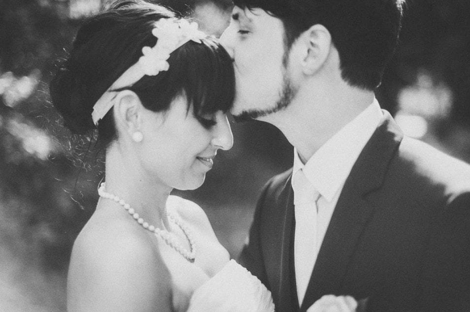 Brautigam küsst seine Liebste
