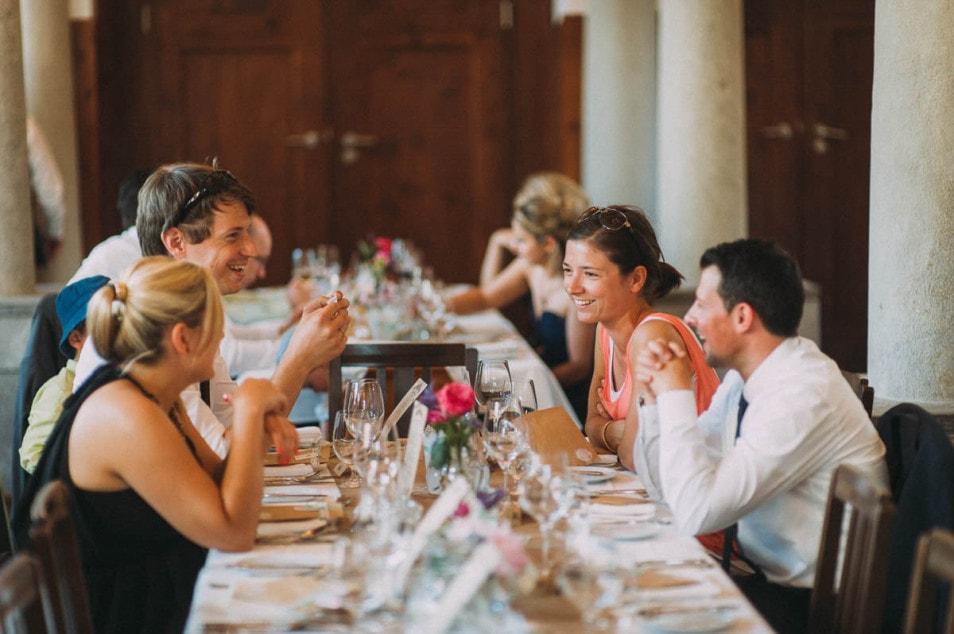 Freunde des Brautpaars beim Hochzeitsessen
