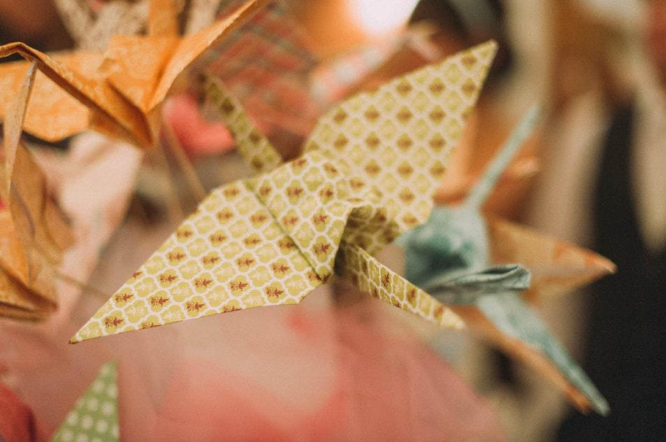 gefalteter Papierkranich im Detail