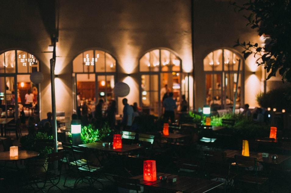 stimmungsvolle Lichter am Abend der Hochzeit