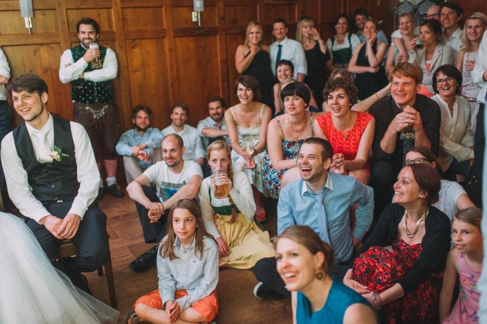 Anekdoten über das Brautpaar werden erzählt