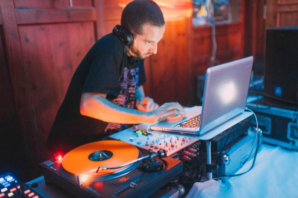 DJ macht Musik auf der Hochzeit
