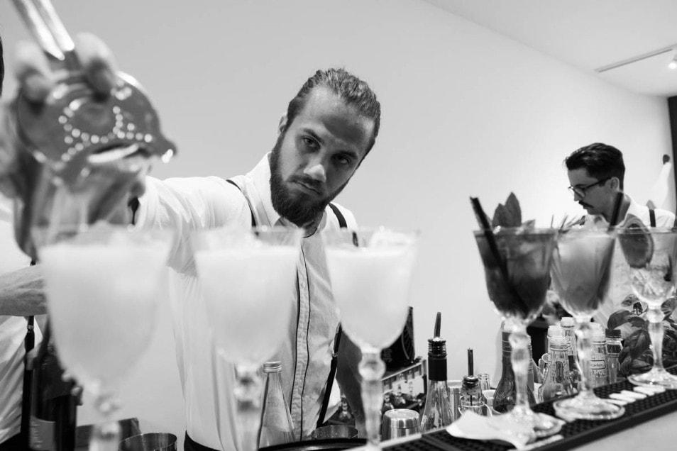 Barkeeper serviert Cocktails zur Hochzeit