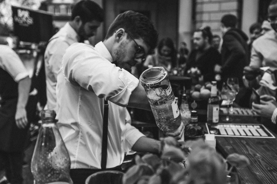 Barkeeper mixed Drink auf der Hochzeitsfeier
