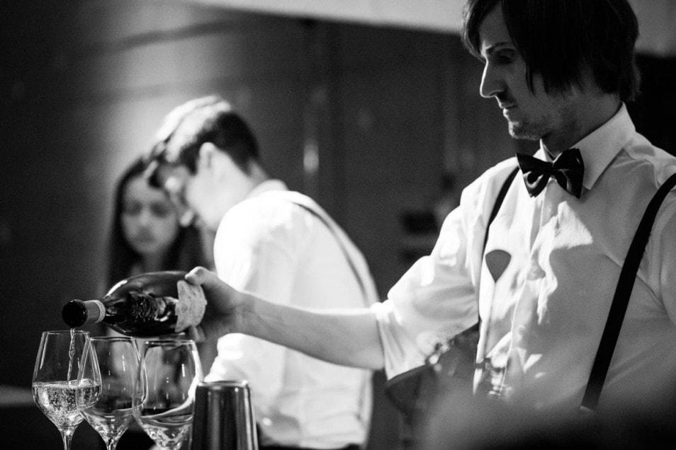 Barmann serviert Lugana zur Hochzeit