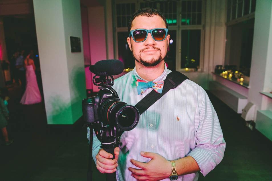 Hochzeitsvideograf mit Kamera bei der Arbeit