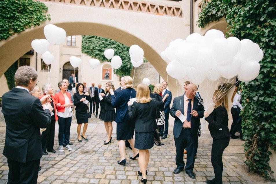 Gäste mit Ballons für die Hochzeit