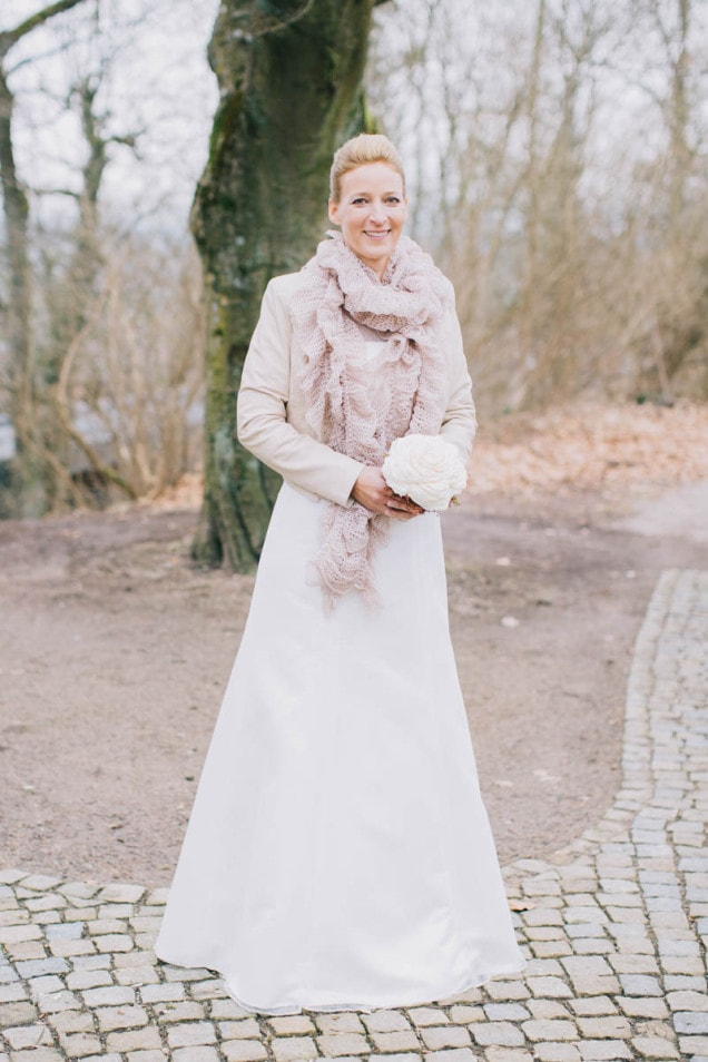Braut in Hochzeitsoutfit mit Lederjacke