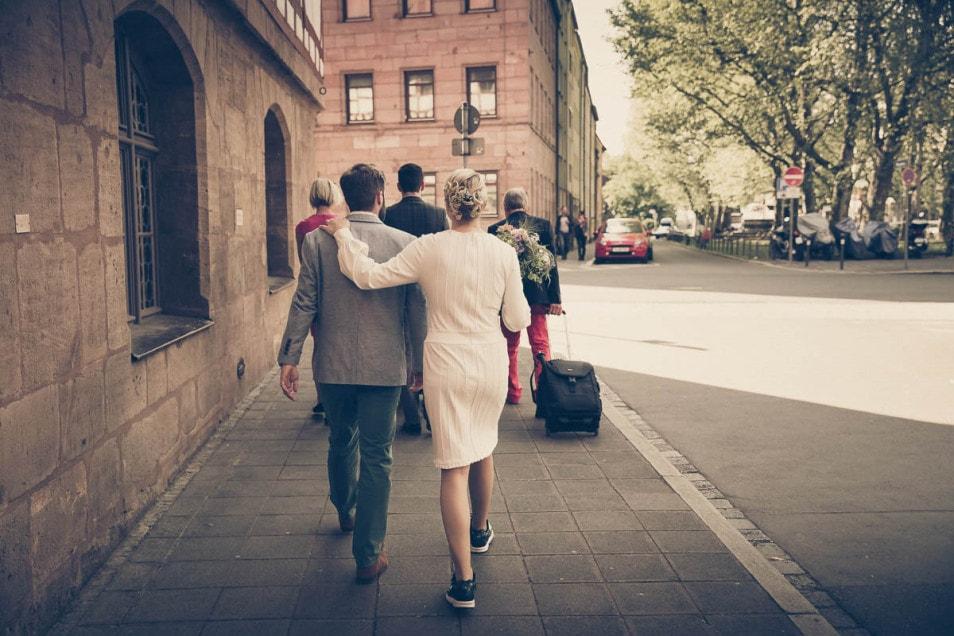 Brautpaar schlendert durch die Stadt