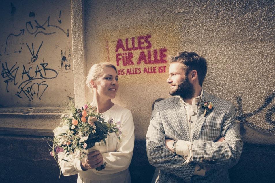 Coole Hochzeit Braut und Bräutigam zufrieden