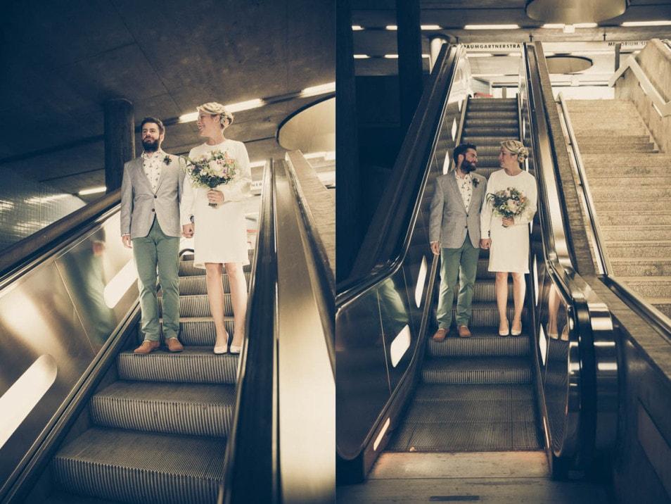 Cooles Brautpaar auf der Rolltreppe