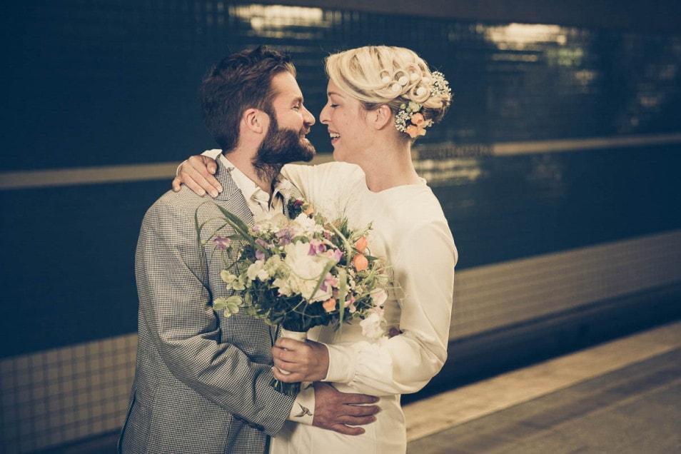 Coole Hochzeit Brautpaar mit Brautstrauß