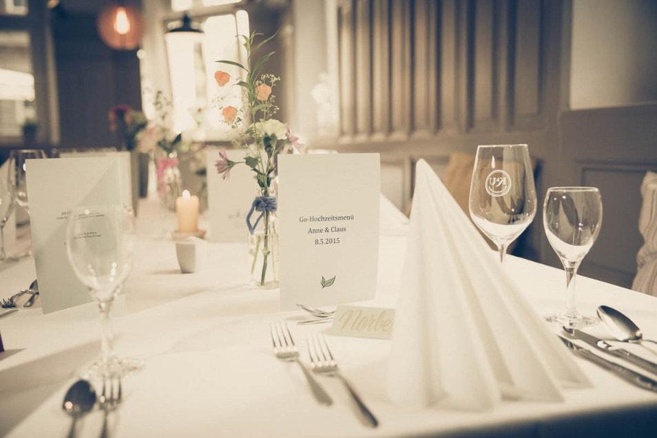 Hochzeitsmenü auf gedecktem Tisch
