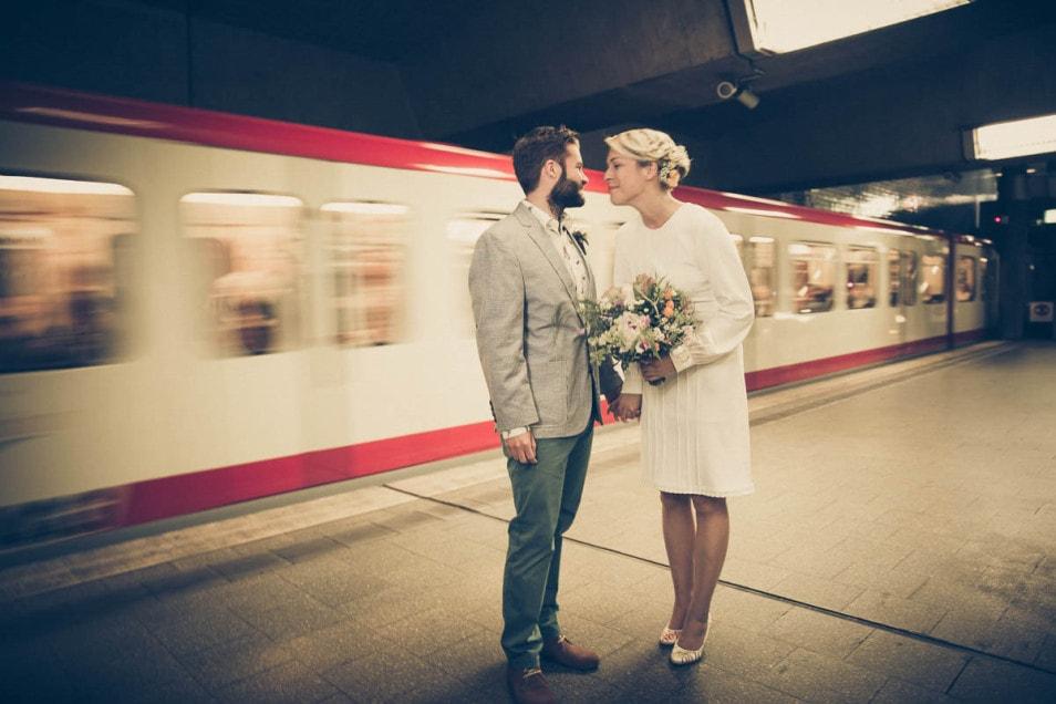 Brautpaar an der U-Bahn Station
