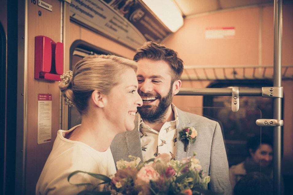 Brautpaar in der U-Bahn auf dem Weg zum Standesamt
