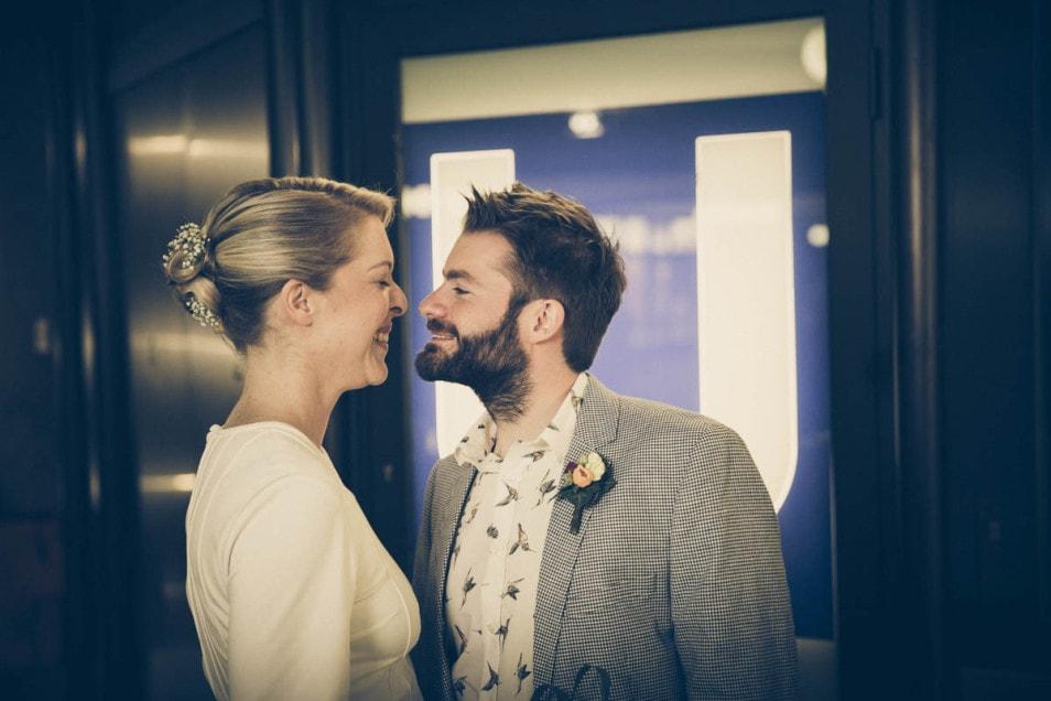 Brautpaar verliebt und gespannt in der U-Bahn
