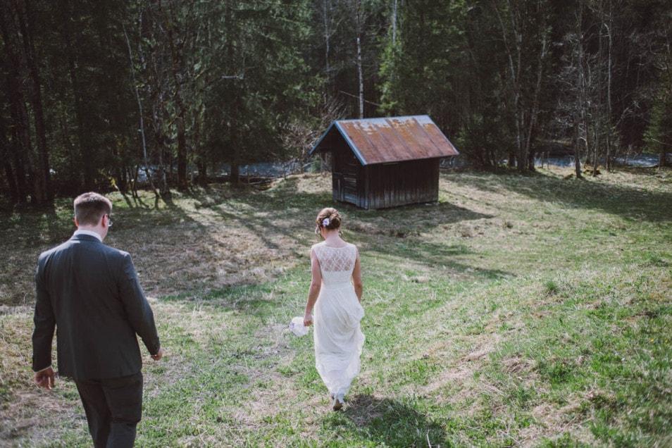 Brautpaar auf dem weg zu einer verlassenen Hütte