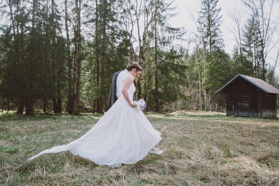 fließendes Hochzeitskleid mit Schleppe