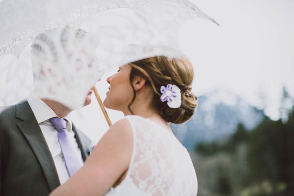 Blumenschmuck im Haar der Braut