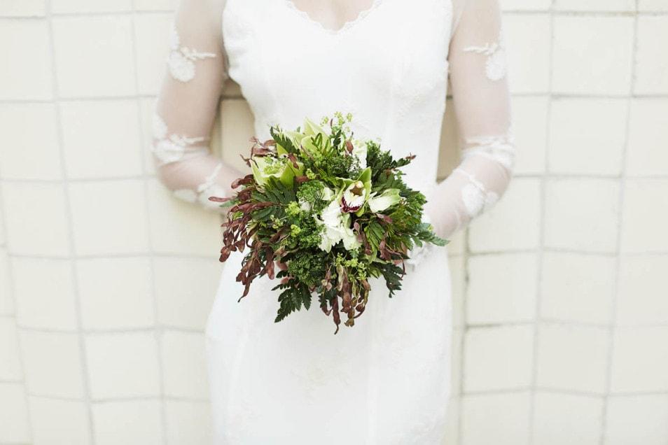 Brautstrauß und Spitzenbrautkleid