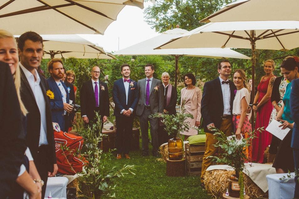 Hochzeitsgesellschaft wartet auf die Ankunft der Braut