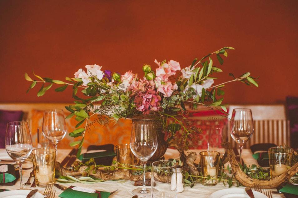 Floraler Hochzeitstisch im Vintage Look