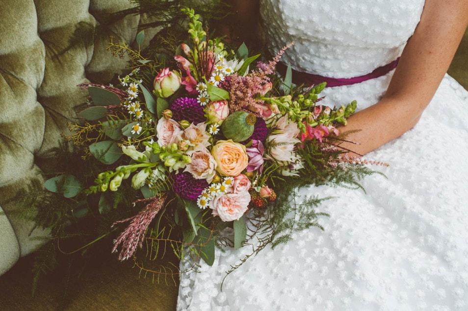 großer Brautstrauss in Beerentönen mit grün