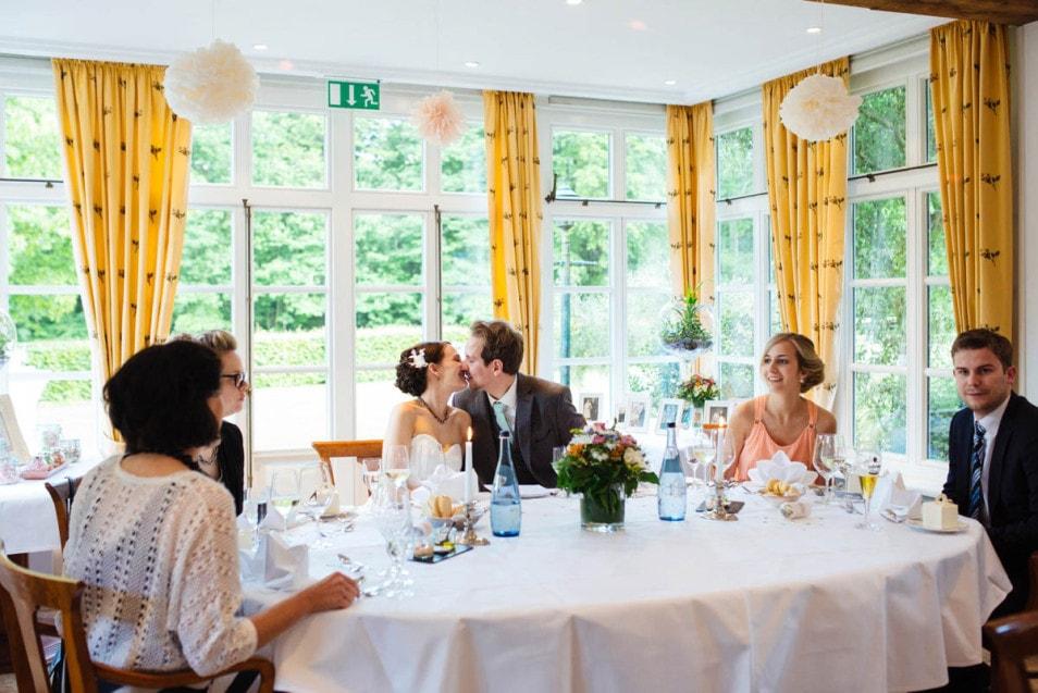Das Brautpaar beim Essen