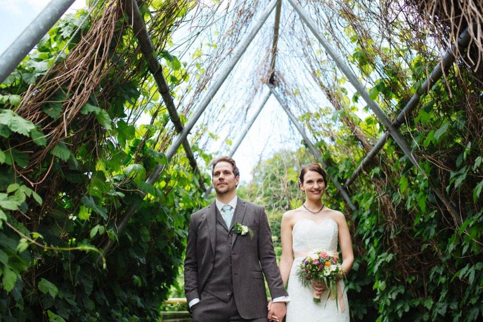 Das Brautpaar macht Fotos