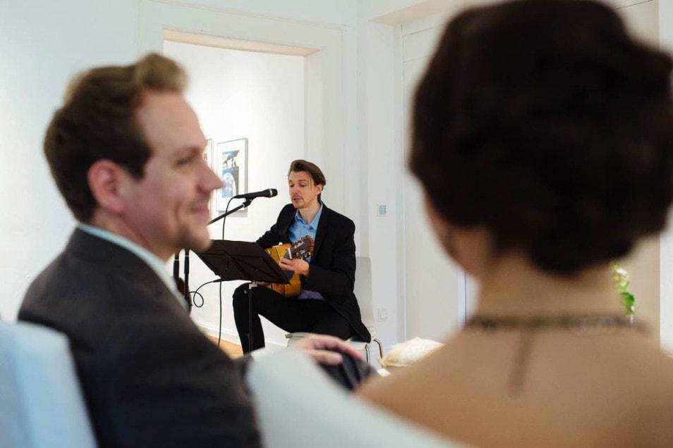 Hochzeit im kleinen Kreis ein Song wird gespielt