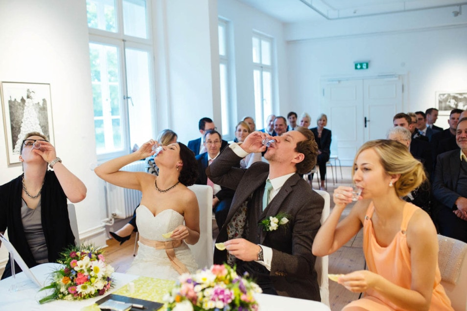 Brautpaar und Trauzeugen trinken Tequila