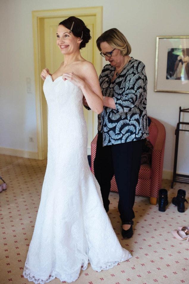 Getting Ready Braut zieht ihr Hochzeitskleid an