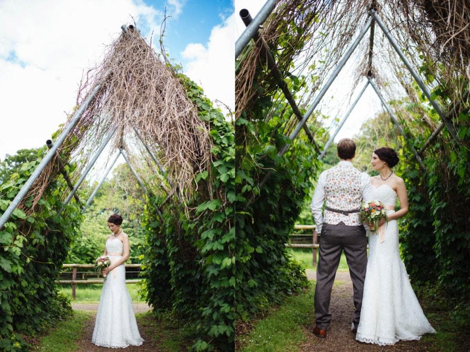 Braut und Bräutigam machen Bilder im Grünen