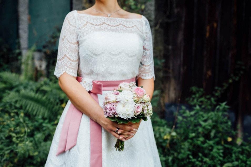 Braut mit Brautstrauss in rose Tönen