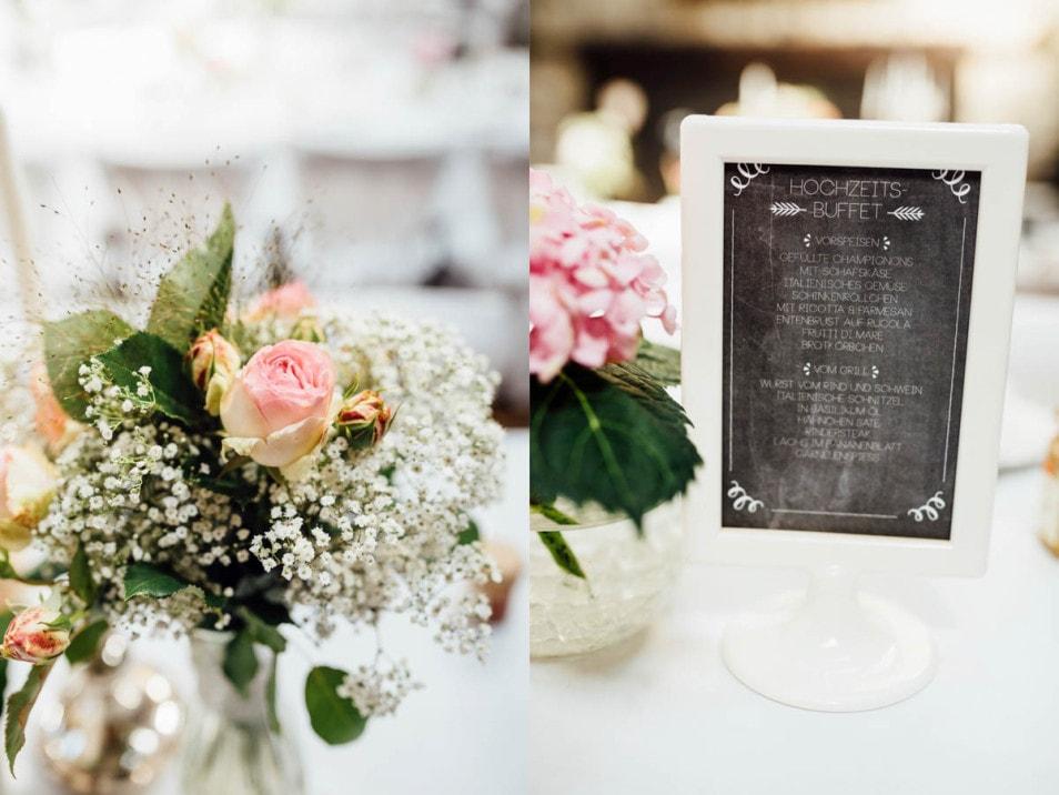 Hochzeitsdeko mit Blumen und Tischkärtchen