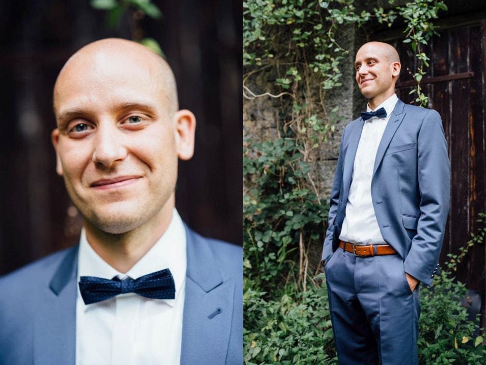 Der Bräutigam im blauen Hochzeitsanzug