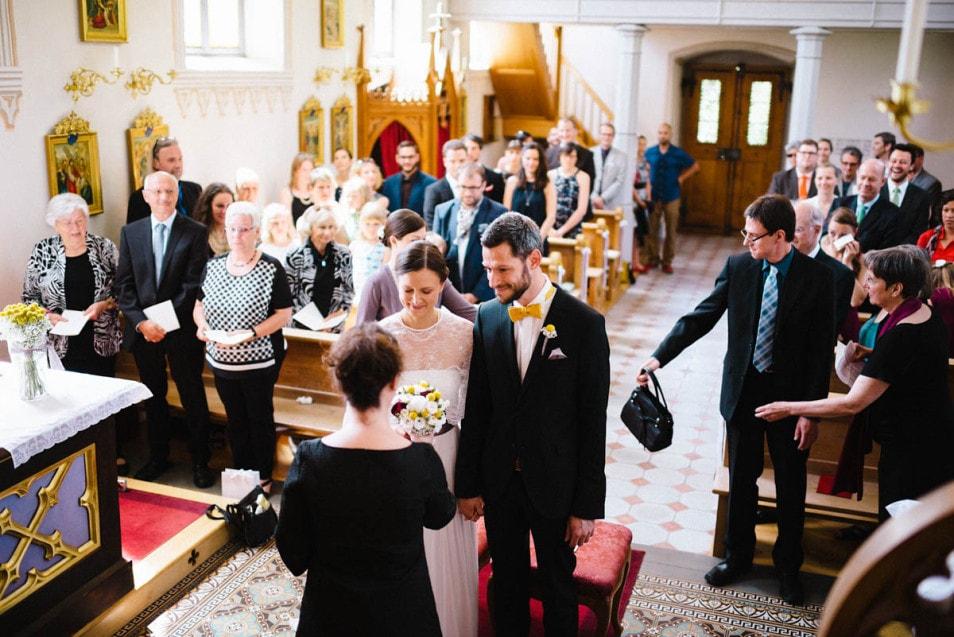 kirchliche Hochzeit in einer kleinen Kapelle