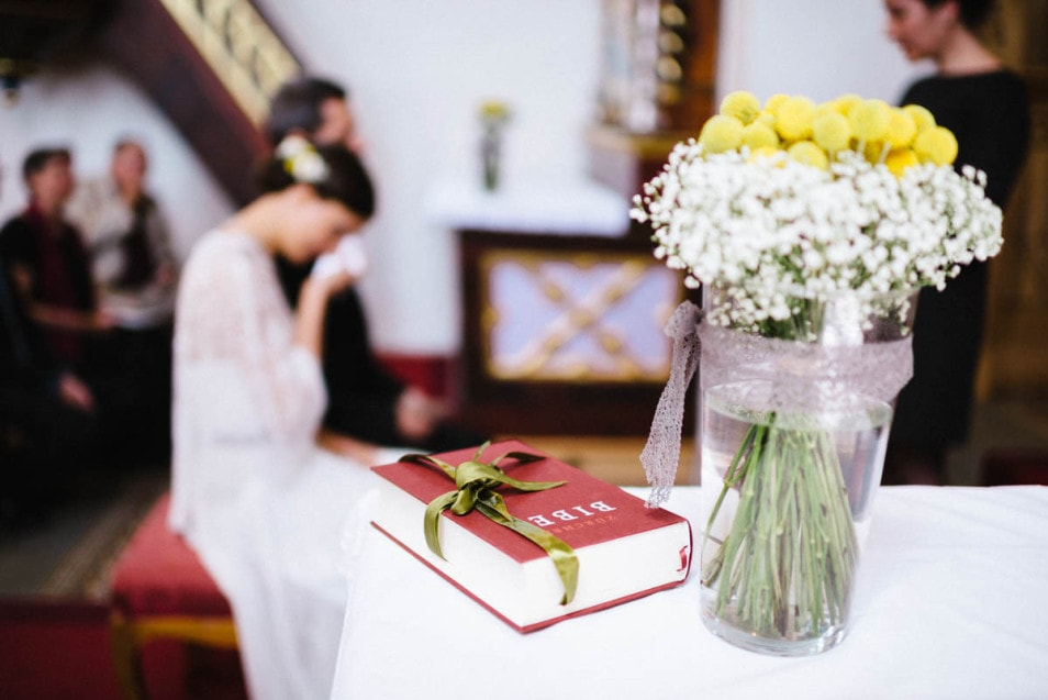 Blumendeko in der Kirche