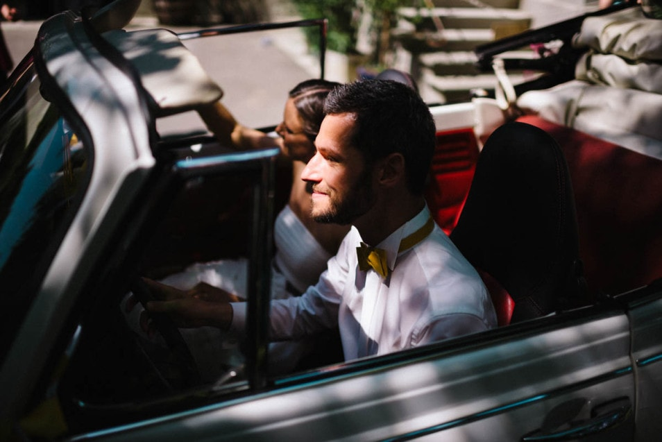 Das Brautpaar am Steuer