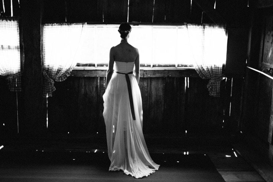 Die Braut im romantischen Seidenkleid