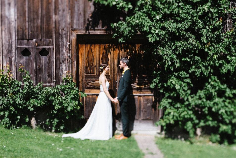 Berghochzeit das Brautpaar bei der Fotosession