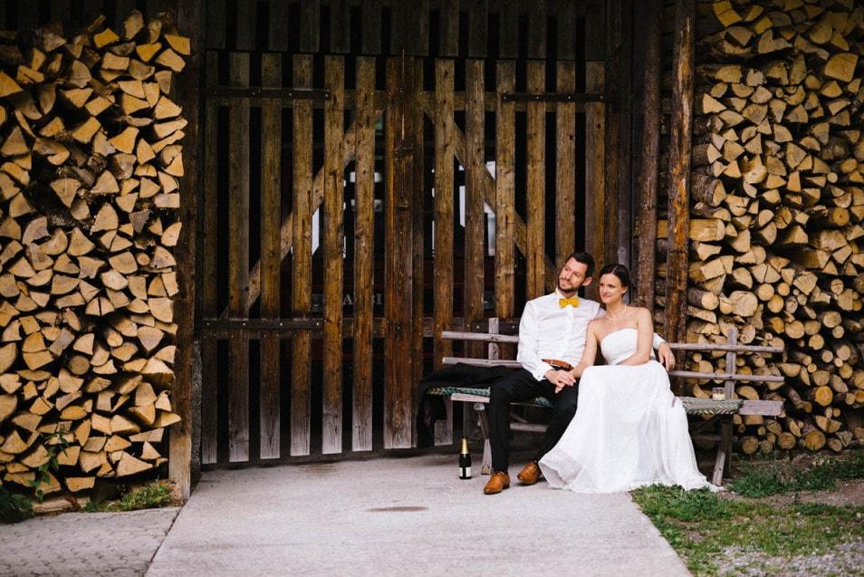 Brautpaar entspannt vor der Hütte