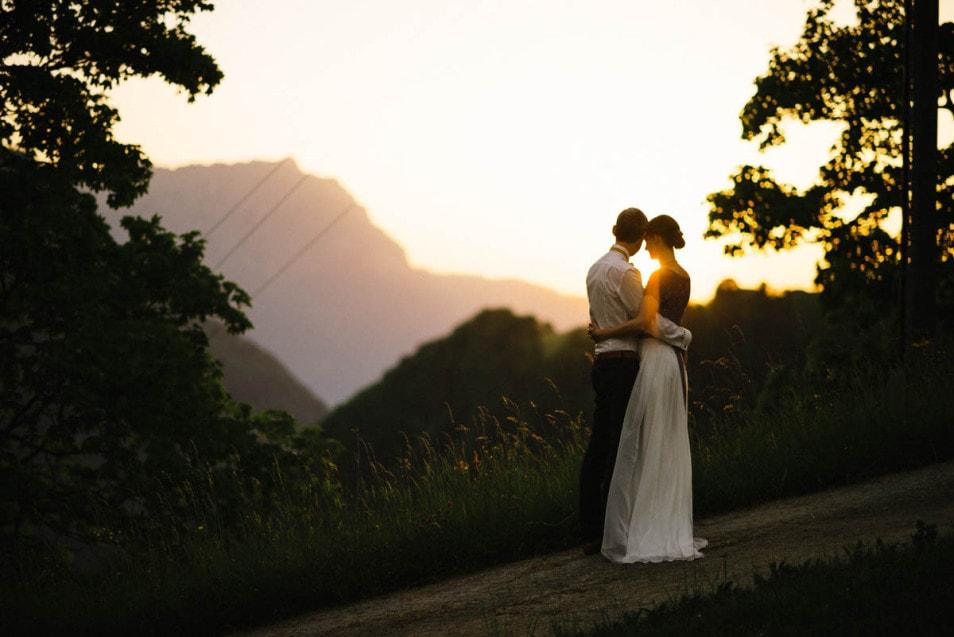 Berghochzeit das Brautpaar im Sonnenuntergang
