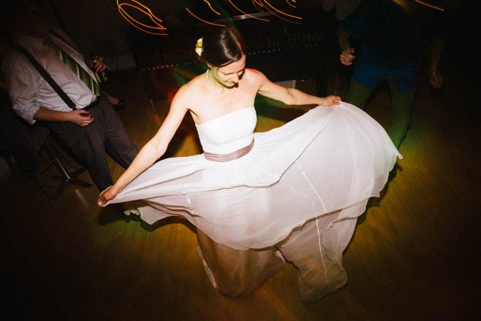 schwingender Seidenrock Brautkleid