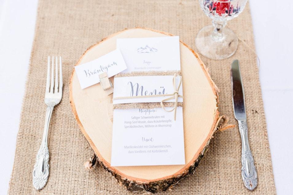 Hochzeitspapeterie und Holzbrett Deko